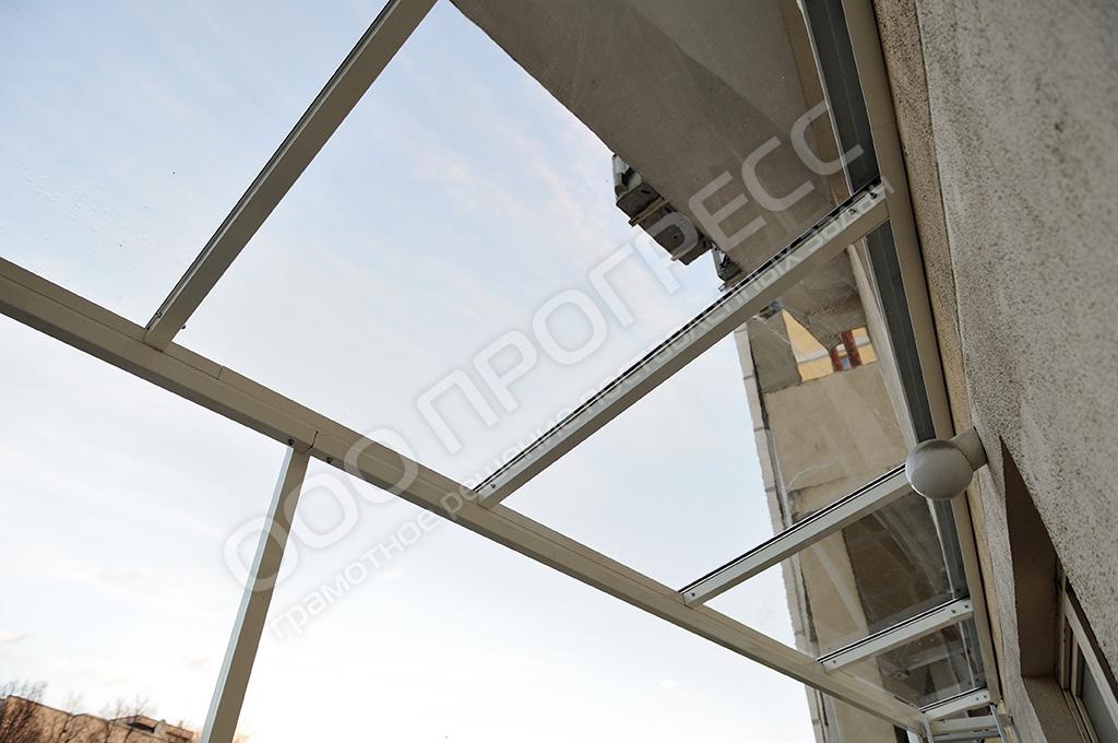 Монтаж прозрачной крыши на балконе из монолитного поликарбон.